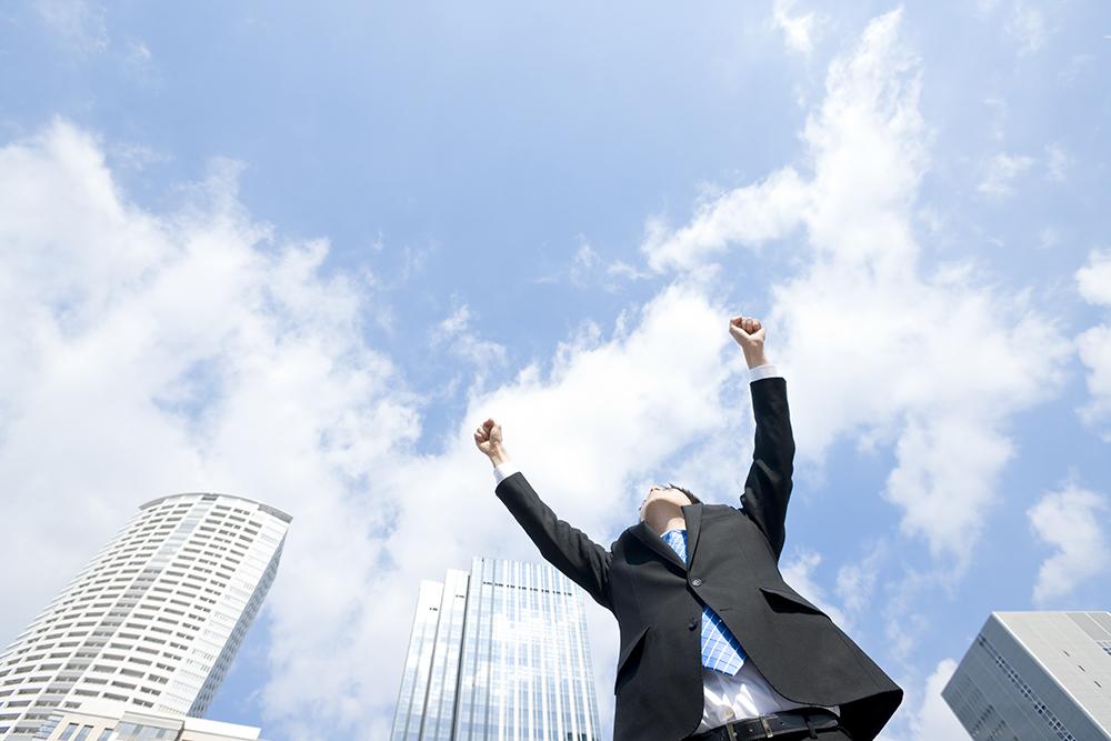 両手を上げるビジネスマン