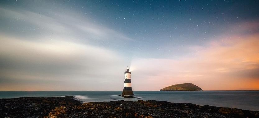 海と星空と灯台