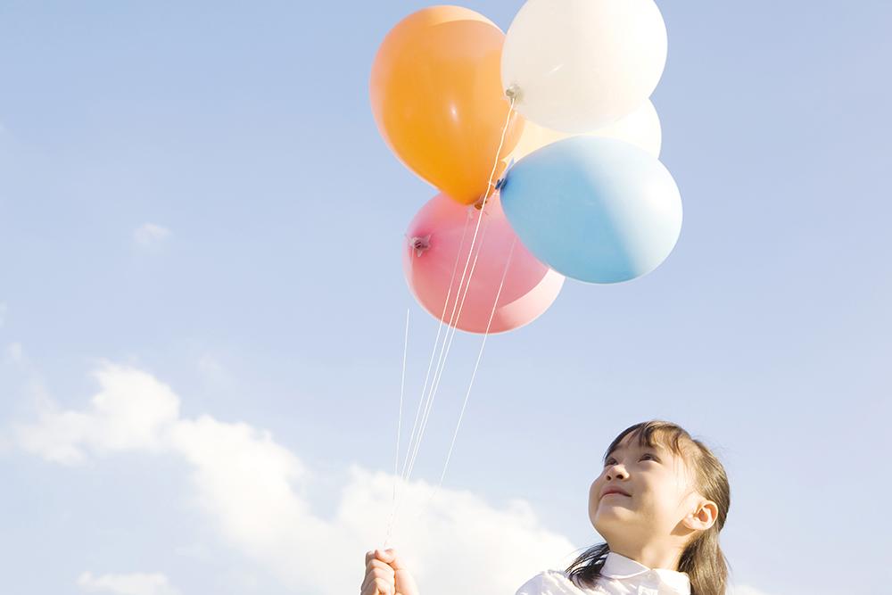 風船を持つ小学生