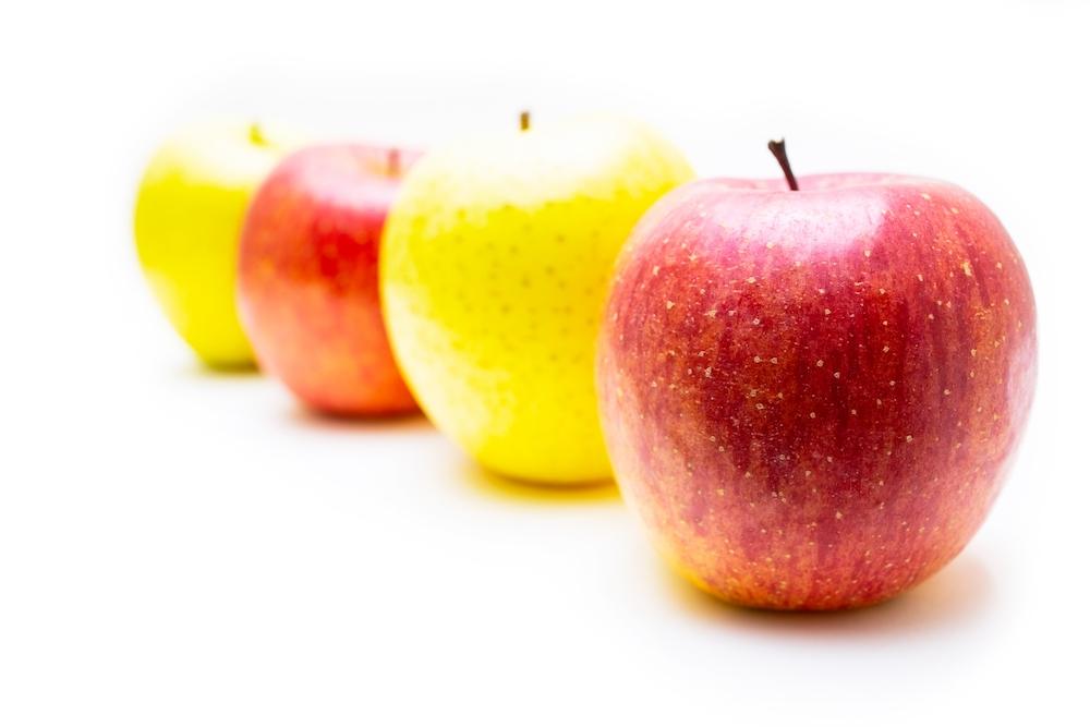 並んだ赤いりんごと青いりんご